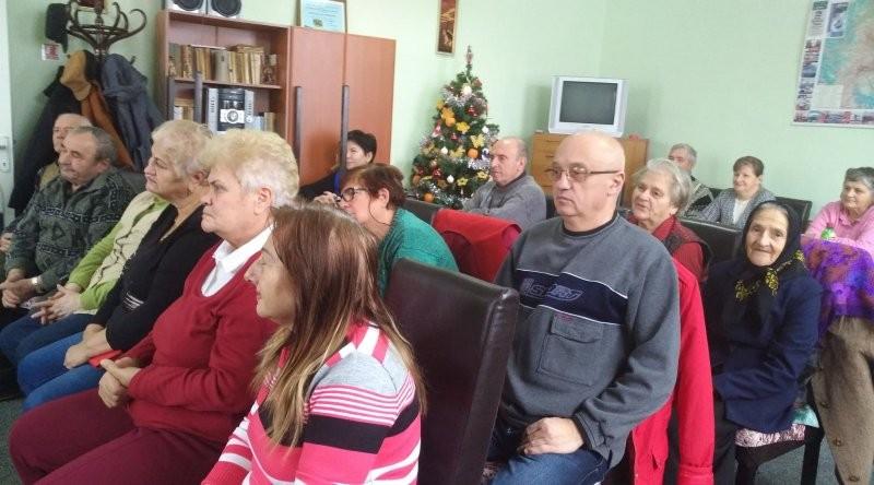 Beneficiarii Centrului de zi pentru varstnici Confecţii şi copiii de la Grădiniţa Piticot l-au primit pe Moş Crăciun!