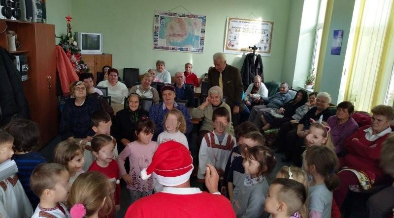 """Copiii de la Gradiniţa """"Piticot"""" din Arad s-au întâlnit cu Mos Crăciun la Centrul de zi pentru vârstnici Confecţii"""